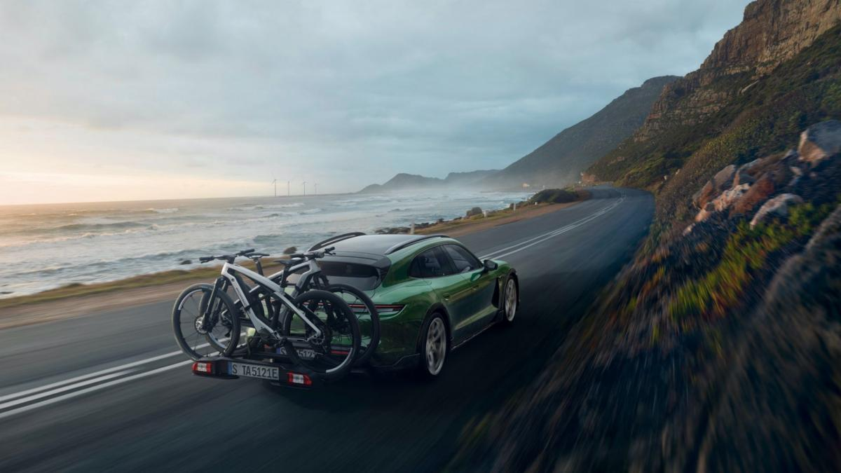 Название: Porsche eBike SPORT_CROSS_Taycan Cross Turismo_rear carrier_on the road .jpg Просмотров: 4  Размер: 72.8 Кб